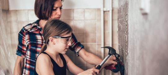 Vrouw en dochter tegels kappen.jpg