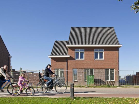 314_gezin fietst Urmond nieuwbouw.jpg