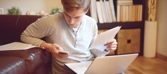 Student met papieren achter laptop middelgroot.jpg